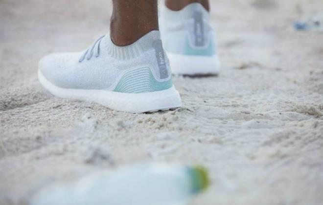 do surf tenis lixo oceano.jpg